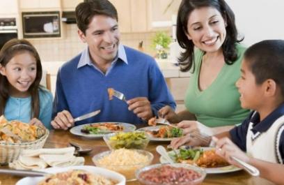 Comer solo o acompañado: ¿Qué es más saludable?