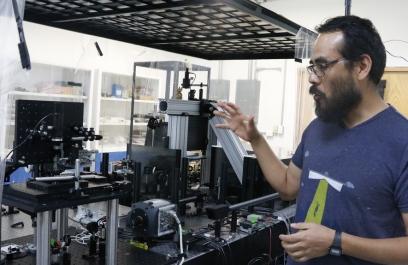 Premian a investigador mexicano que utiliza luz como herramienta para responder preguntas de relevancia biológica