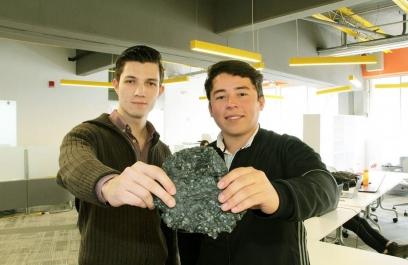 Estudiantes diseñan material para construcción en base a plásticos de desecho